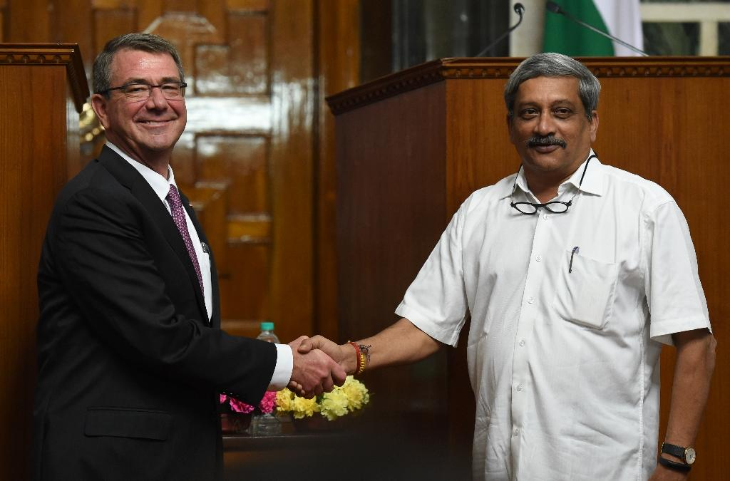 US Defence Secretary Ashton Carter (left) with Indian Defence Minister Manohar Parrikar after a press conference in New Delhi on April 12, 2016 (AFP Photo/Prakash Singh)