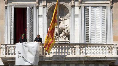 Torra quita la pancarta de la fachada de la Generalitat