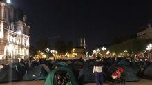 """Paris : une centaine de familles de migrants ont planté leurs tentes devant la mairie pour réclamer un accueil """"digne"""""""