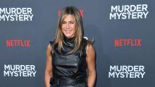 "Jennifer Aniston, mini dress in pelle nera alla première di ""Murder Mystery"""