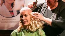 Noiva raspa a cabeça 2 meses antes de seu casamento para homenagear a mãe