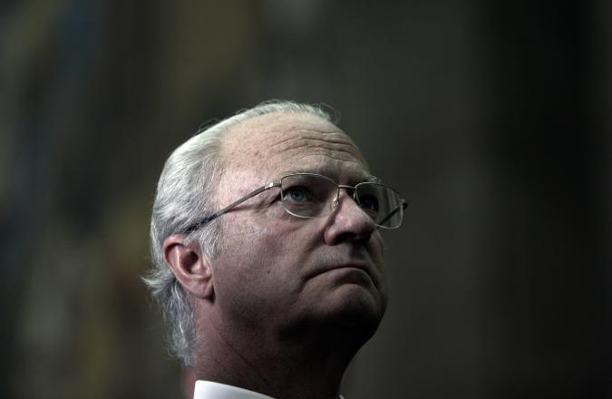 Sweden's King Carl XVI Gustaf looks up during a visit to the Portuguese Parliament in Lisbon May 5, 2008. Sweden's King Carl XVI Gustaf and Queen Silvia are on a three-day official visit to Portugal. REUTERS/Nacho Doce (PORTUGAL)