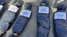 Exhiben bolsas mortuorias con nombres de funcionarios en la puerta de la Casa Rosada