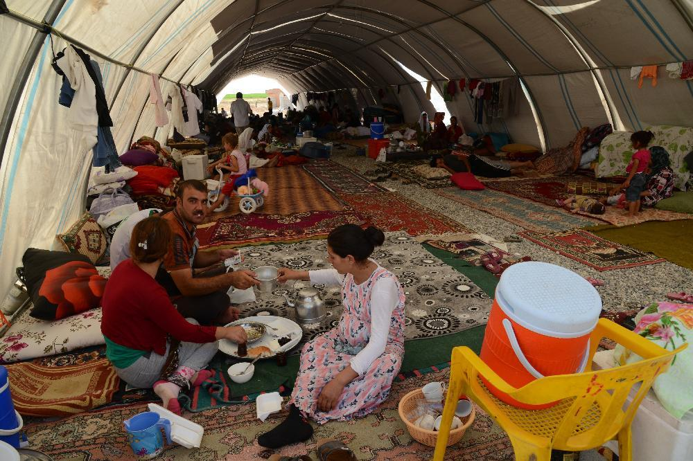 Iraqi people from the Yazidi community are pictured in a refugee camp near the Turkey-Iraq border at Silopi in Sirnak on August 14, 2014 (AFP Photo/Ilyas Akengin)