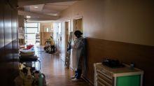 """Fatigue des soignants après l'épidémie de coronavirus: """"Quand on donne, à la fin on s'effondre"""", explique un médecin"""