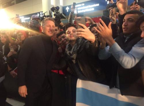 So herzlich wird Bastian Schweinsteiger von seinen Fans am Flughafen in Chicago begrüßt. (Bild: Twitter)