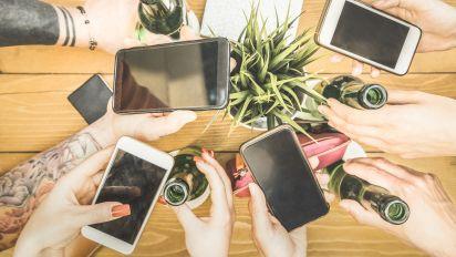 Uno studio collega l'uso dei social media all'abuso di alcolici tra i giovani