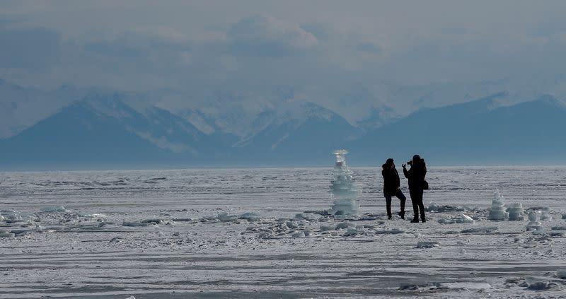 Runners shrug off Siberian blizzard during ice marathon over lake