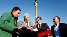 El premio nobel Mario Vargas Llosa recorre un tramo del Camino de Santiago
