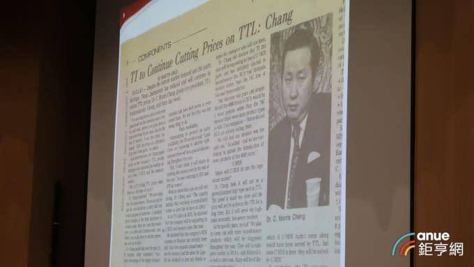張忠謀秀出40年前報紙的舊照片。(鉅亨網記者劉韋廷攝)