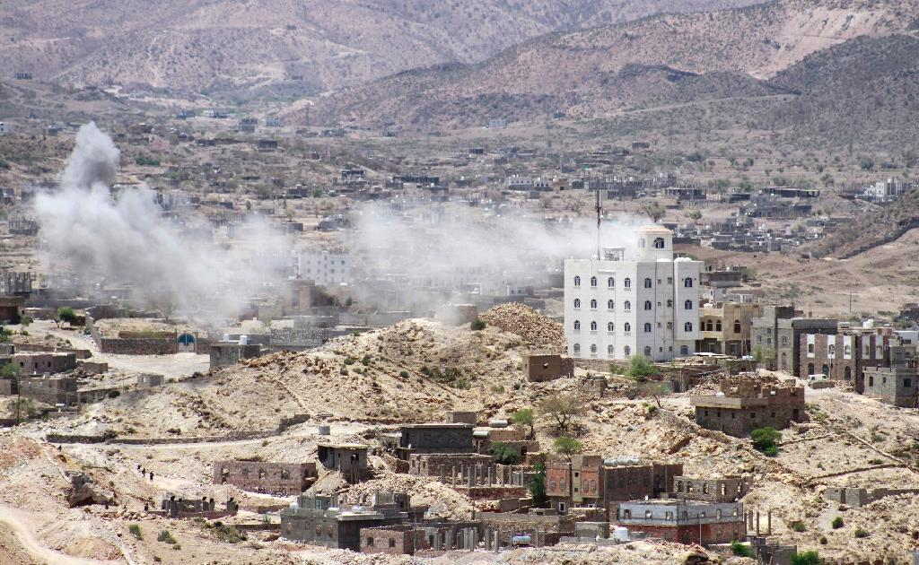 Smoke billows as supporters of exiled Yemeni President Abedrabbo Mansour Hadi clash with Shiite Huthi rebels on the outskirts of the Taez province, on May 3, 2015 (AFP Photo/Taha Saleh)