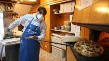 """""""La pizza c'est une tradition, les clients la désirent"""" : les pizzaïolo napolitains se remettent au travail avant le déconfinement"""