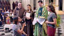 Ex-padre pede a mão ex-freira durante missa em episódio do 'Fábrica'