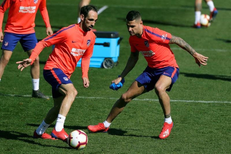 Juanfran, ante Vitolo, en un entrenamiento del Atlético (Foto: EFE).
