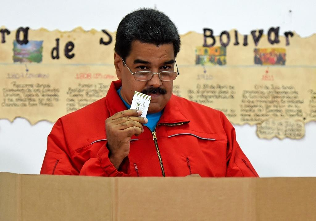 Venezuelan President Nicolas Maduro prepares to cast his vote in Caracas, on December 6, 2015 (AFP Photo/Juan Barreto)