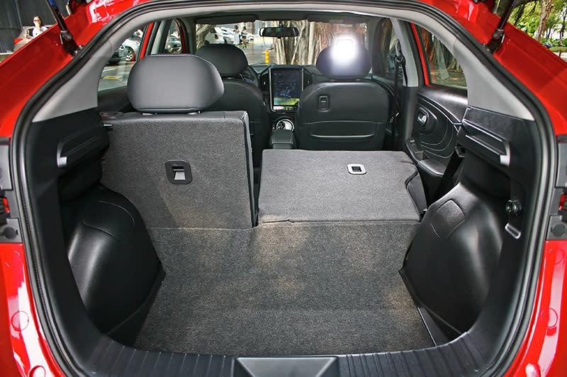 U5同樣具備6/4分離後座椅背,可輕鬆置入更大的物件。