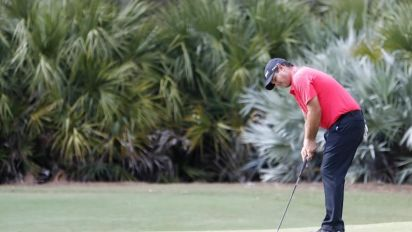 Golfistas se visten de rojo en honor a Tiger Woods en torneo PGA Tour