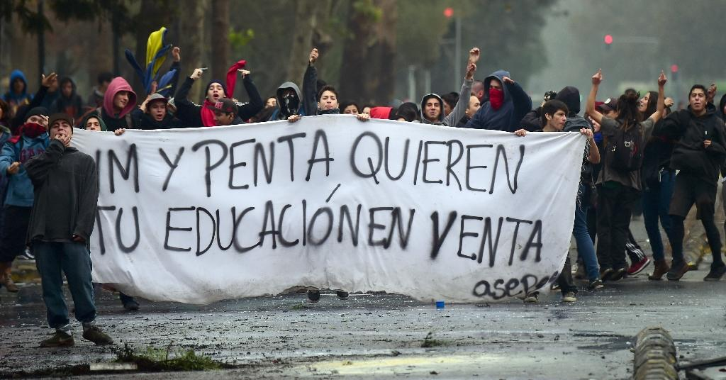 Students take part in a demonstration demanding the government improve the quality of the public education in Santiago on May 28, 2015 (AFP Photo/Martin Bernetti)