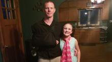 Menina expulsa do ônibus escolar por praticar bullying é obrigada a andar até escola pelo pai