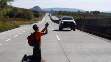 La desesperación al límite de la caravana de inmigrantes, resumida en una foto