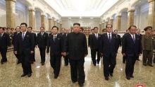 Kim Jong Un visita (senza mascherina) il mausoleo del nonno