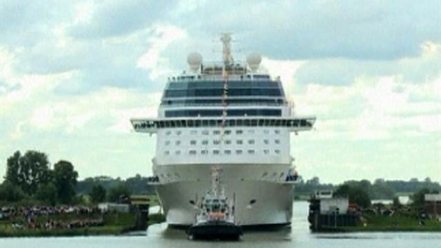 Tight squeeze for giant cruise ship
