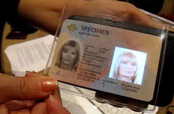 Samsung OLED identity card animates your creepy, disembodied head (video)
