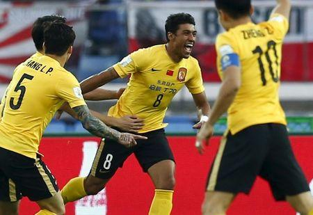 Paulinho, do time chinês Guangzhou Evergrande comemora gol contra o time japonês Sanfrecce Hiroshima, em Tóquio