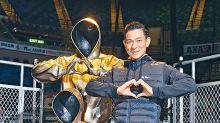 雕塑銅像佇立紅館分享愛 華仔參與捏製心形手