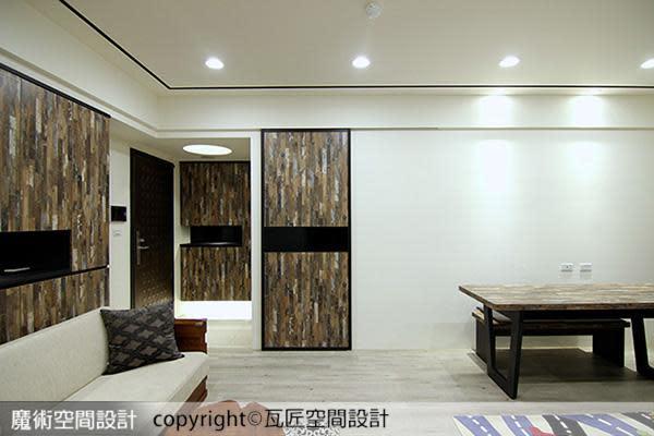 陳立騏設計師在留白的牆面植入造型門片,讓通往廚房的推拉門,與玄關櫃形成呼應趣味。