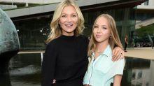La fille de Kate Moss, Lila Grace, fait ses premiers pas de mannequin à la Fashion Week de Paris