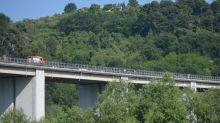 Si gettano da cavalcavia sull'A24, morti due gemelli di 55 anni