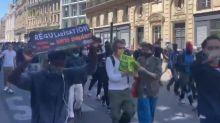 Une manifestation pour la régularisation des sans-papiers s'élance à Paris malgré l'interdiction de la préfecture