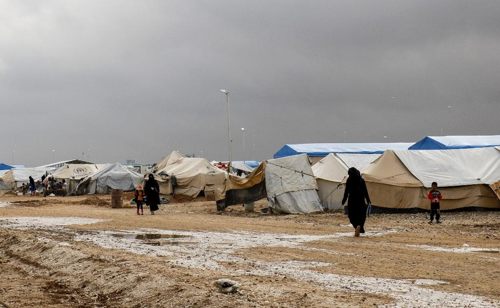 Syrians displaced from Deir Ezzor and its surroundings walk on November 15, 2018 through a camp in northeastern Hassakeh province (AFP Photo/Delil souleiman)