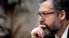 Ernesto Araújo fala de corrupção em governos passados e bate-boca com senadores petistas