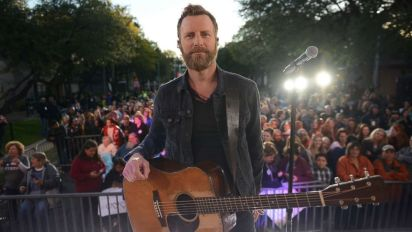 Dierks Bentley wakes up Texas neighborhood with live block party