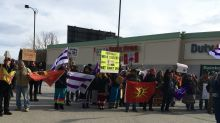 Anti-pipeline protesters block off Niagara's Canada-U.S. border in solidarity with Wet'suwet'en hereditary chiefs