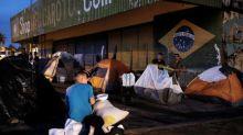Brasileños en pueblo fronterizo expulsan a migrantes venezolanos