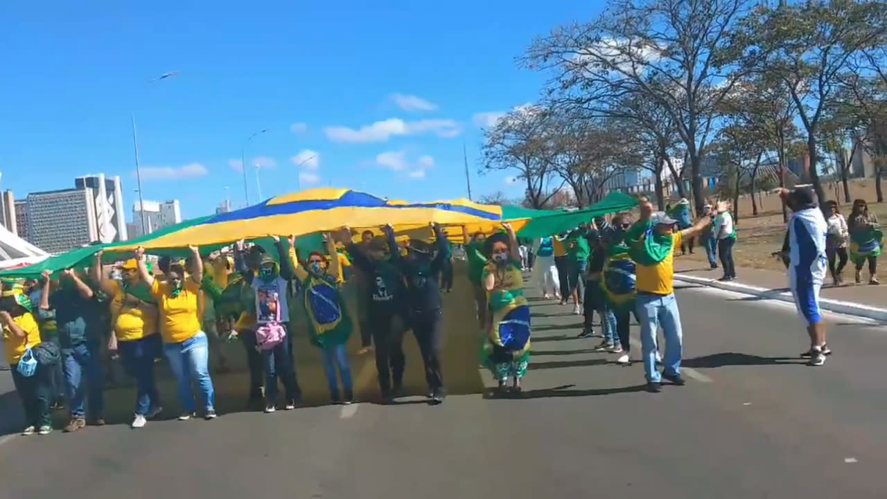 Apoiadores do presidente Jair Bolsonaro se reúnem em Brasília, neste domingo (19).