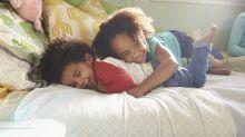 Los hermanos aprenden juntos a ser empáticos desde una edad temprana