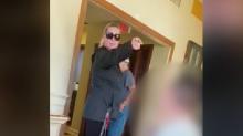"""Mujer acosa a familia por hablar español en un restaurante de Virginia: """"regresen a su país"""""""