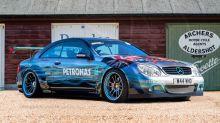 Mercedes-Benz CLK, pintado a mano, en honor de Lewis Hamilton