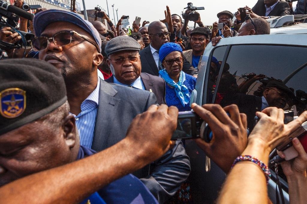 Etienne Tshisekedi (C), an opposition leader in D.R.Congo, is surrounded by journalists as he arrives in Kinshasa (AFP Photo/Eduardo Soteras)