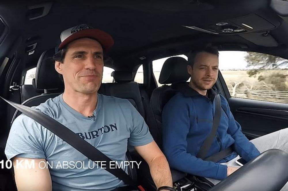先前《 AutoVlog 》頻道主持人就測試過當行車電腦顯示行駛里程為 0 時,還能繼續開 34.56 公里。不過澳洲兩位網紅 Hamish & Andy 再另外進行測試,沒想到比原本的距離還遠很多。