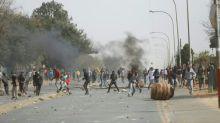 Morte de adolescente com deficiência gera manifestações violentas na África do Sul