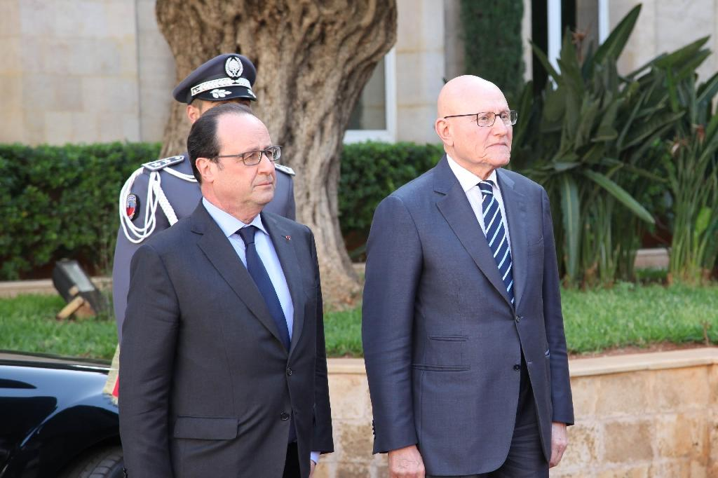 Lebanese PM Tamam Salam (L) and French President Francois Hollande (C) reviewing the guard of honor upon his arrival to the Lebanese government palace in downtown Beirut on April 16, 2016 (AFP Photo/Handout)