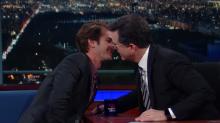 Andrew Garfield sigue repartiendo besos entre los famosos