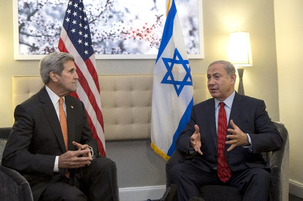 US Secretary of State John Kerry (L) meets with Israeli Prime Minister Benjamin Netanyahu (R) during a meeting on October 2, 2015 in New York