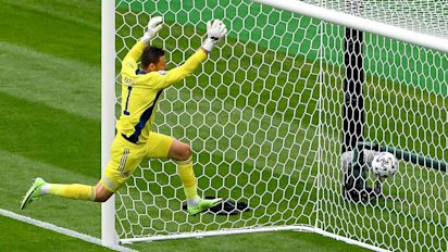 Patrik Schick's wondergoal: Why goalkeepers stand so far off their line - and why it is worth it