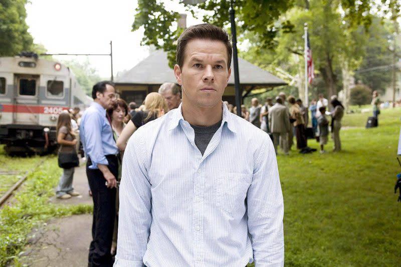 <strong>《破.天.慌》The Happening馬克華柏格(Mark Wahlberg)</strong>:對於奈沙馬蘭(M. Night Shyamalan)這部2008年賠本之作,馬克華柏格則顯得十分誠實,還曾在《燃燒鬥魂》記者會上稱它為一部爛片。<br><br>他更拿片中飽受抨擊的劇情來大開玩笑,電影描述有一種兇惡植物會釋出毒素,害得人們紛紛自殺。馬克華柏格說:「去他的爛樹,老兄,這些植物。去他的。你不能怪我想去演一位理化老師,你懂嗎?我總算不是飾演警察或罪犯了。」(圖:20th Century)